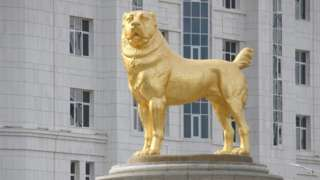 a statue of the Alabay dog