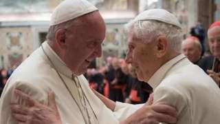 Papa Francis (ibumoso) n'uwo yasimbuye Benedict