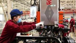 Un obrero de manufactura en China