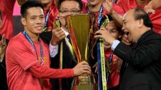 hủ tướng Phúc trao cúp Suzuki cho Văn Quyết, khi đội tuyển Việt Nam vô địch AFF trong trận lượt về trước Malaysia tại Mỹ Đình ngày 15/12/2018