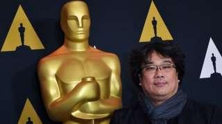บองจุนโฮ ผู้กำกับหนังเรื่องปรสิต ถ่ายรูปคู่กับหุ่นรางวัลออสการ์