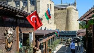 Bakü'de bir restorana asılmış Türk ve Azerbaycan bayrakları