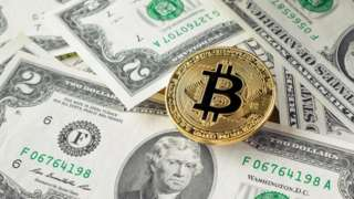 иллюстрация - деньги и биткоин