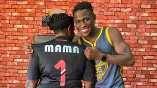 Augustus Kargbo avec sa mère Fatmata Kanu