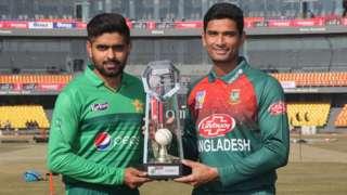 Pakistan captain Babar Azam and Bangladesh skipper Mahmudullah with the T20 series trophy