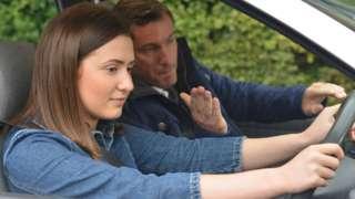мушкарац и жена у аутомобилу