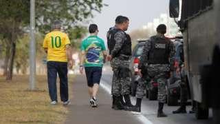 Manifestantes e policais em Brasília