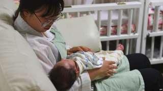 बच्चे के साथ एक महिला
