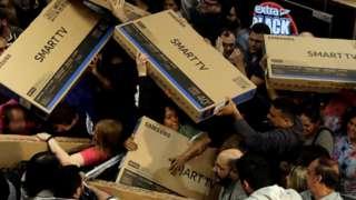 Consumidores disputam televisões em supermercado de São Paulo