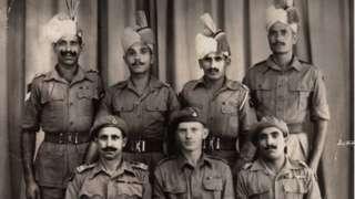 ஜப்பானின் தோல்விக்கு பிறகு பஞ்சாப் ரெஜிமென்டின் உறுப்பினர்களுடன் ராபின் ரௌலாண்ட்