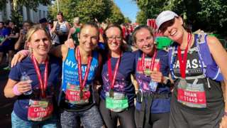 Aelodau 'Mae hi'n rhedeg: Caerdydd' wedi Hanner Marathon Caerdydd 2019
