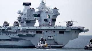 英国伊丽莎白女王号在领港船引领下驶出英格兰朴茨茅斯皇家海军基地投入海试(9/9/2020)