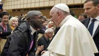Uvugwa ko ari Emmanuel Abayisenga ari kumwe na Papa Francis mu 2016