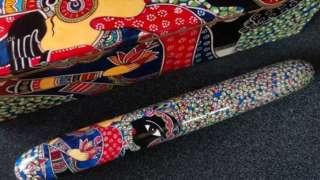 فن کاروں کے زریعے بنائے بہت سارے قلم ہاتھ سے پینٹ کئے ہوئے ہیں