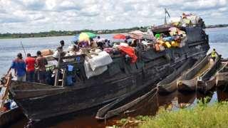 Demokratik Kongo Cumhuriyeti'nde nehirde yolcu taşınıyor