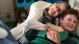 Advogada Camilla Varella com o filho caçula, Luiz Antônio, de 12 anos