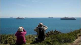 許多人特意到海邊觀看大型遊輪(Credit: Reuters)