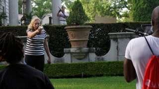 Patricia McCloskey apontando uma arma para manifestantes na frente da casa dela em St Louis, em junho