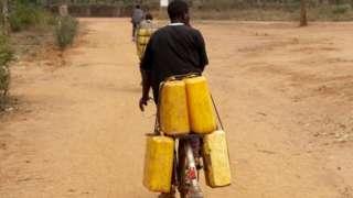 Minisitiri avuga ko ijerikani itagomba kurenza 20Frw mu Rwanda, abadepite basanze hari aho igura arenze 130Frw