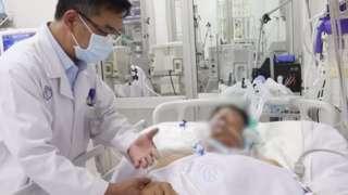 Bác sĩ đang khám bệnh nhân ngộ độc pâté Minh Chay tại Bệnh viện Chợ Rẫy.