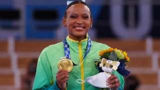 Rebeca Andrade posa com medalha de ouro no pódio
