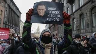 ผู้ประท้วงถือป้ายที่มีข้อความสนับสนุนนาวาลนี ผู้นำฝ่ายค้านรัสเซีย