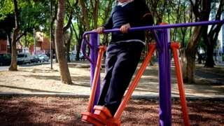 Mexico city'de kilolu bir kişi egzersiz yapıyor.
