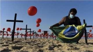රියෝ හි ප්රසිද්ධ වෙරල තීරයක් වන Copacabana මත වැල්ලේ සිටවූ කුරුස මත රඳවා තිබුණු රතු බැලුන දහසක් ගුවනට මුදා හැරිණ