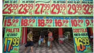 Supermercado em Brasília, em 27 de fevereiro de 2021, com faixas de preços dos produtos na entrada.