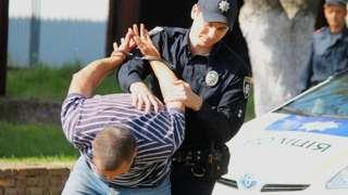 поліція затримує порушника