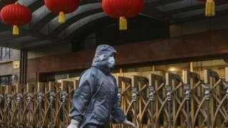 戴口罩穿防護服的北京女性