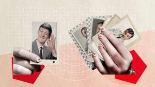 Mulher com cartas de baralho na mão