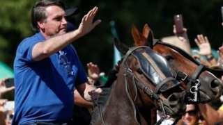 Presidente Jair Bolsonaro em um cavalo durante manifestação