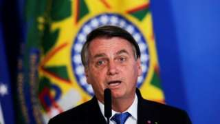 Bolsonaro fala no microfone em evento