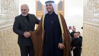 محمد بن عبدالرحمان آل ثانی، وزیر امور خارجه قطر پس از ورود به تهران با محمد جواد ظریف، وزیر خارجه ایران