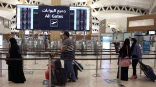 Saudi passengers arrive to King Khaled International airport for di capital Riyadh on May 17, 2021, as Saudi authorities lift travel restrictions
