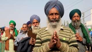 Un manifestant sikh âgé représente l'Ardas (culte sikh) à la frontière de Singhu pendant la manifestation. Des milliers d'agriculteurs du Pendjab, de l'Haryana et d'autres États se sont rassemblés pour la 28e journée de protestation contre la nouvelle loi agricole du gouvernement, demandant l'annulation de ces nouveaux projets de loi