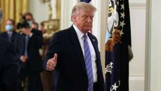 Trump hace una señal con el pulgar indicando que todo está bien