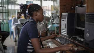 Umukobwa ari kuri ordinateur muri RDC