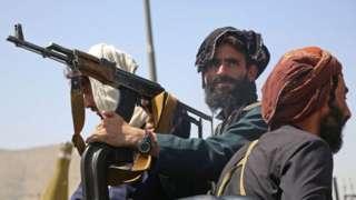Membro do Talebã segura arma