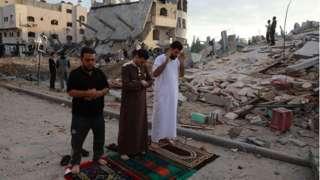 Warga Gaza salat Idul Fitri di seputar reruntuhan bangunan.