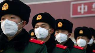 中國解放軍站在天安門前。