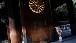 जापानका प्रधानमन्त्री शिन्जो एबेले टोकियोको एक विवादास्पद युद्ध स्मारकमा चढाउन भेट पठाएका छन्