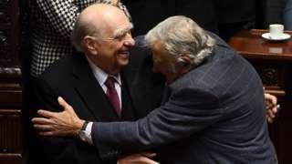 """El abrazo de despedida entre dos rivales históricos: el expresidente conservador Julio María Sanguinetti y el exmandatario socialista José """"Pepe"""" Mujica."""