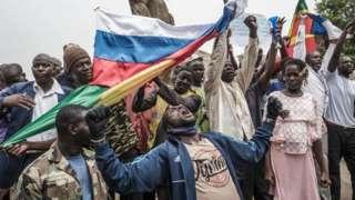 """Демонстрація під прапорами Малі та Росії проти """"французького впливу"""" у малійській столиці Бамако, травень 2021 року"""