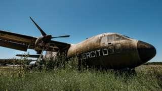 Uno de los aviones abandonados en Campo de Mayo