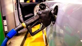 Mangueira de bomba de combustível acoplada em um carro
