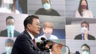 문재인 대통령이 18일 오전 청와대 춘추관에서 온오프라인 통합 신년 기자회견을 하고 있다