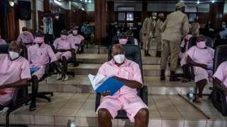 Paul Rusesabagina (iburyo) na Callixte Nsabimana (ibumoso) bafatwa nk'abingenzi muri uru rubanza