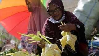 Persiapan Idul Adha, warga di Banda Aceh, menyiapkan ketupat.